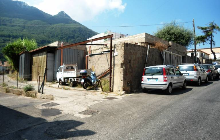 Deposito con parcheggio